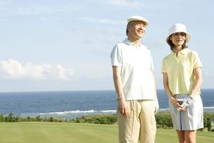 ゴルフを楽しむ50代夫婦の写真素材 [FYI04037292]