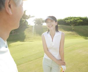 ゴルフを楽しむ父と娘の写真素材 [FYI04037293]