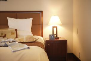 ベッドの上のスーツケースと洋服の写真素材 [FYI04037302]