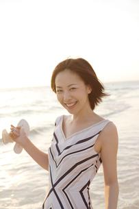 海辺にいる20代女性の写真素材 [FYI04037314]