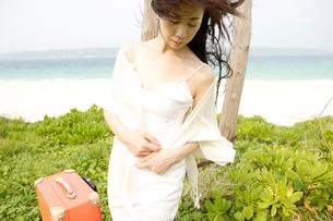 女性1人旅イメージの写真素材 [FYI04037331]