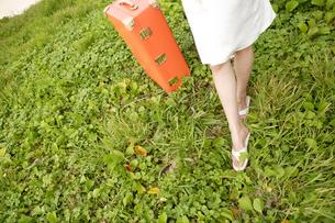 女性1人旅イメージの写真素材 [FYI04037333]
