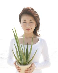 植木鉢を持っている女性の写真素材 [FYI04037352]