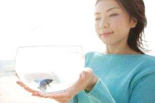魚の入った鉢を持っている女性の写真素材 [FYI04037357]