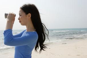 海で双眼鏡を覗く女性の写真素材 [FYI04037359]
