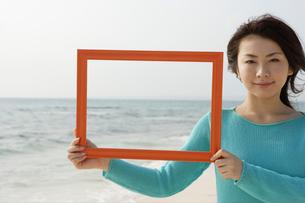 フレームを持っている女性の写真素材 [FYI04037363]