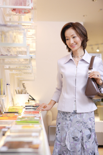 ショッピングをする女性の写真素材 [FYI04037389]