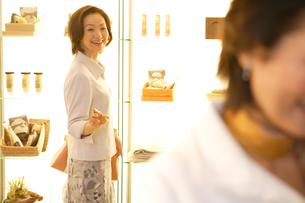 ショッピングをする女性の写真素材 [FYI04037391]