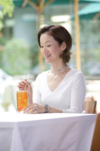 カフェでくつろぐ女性の写真素材 [FYI04037396]
