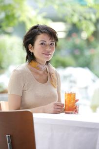 カフェでくつろぐ女性の写真素材 [FYI04037397]