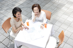 カフェでくつろぐ女性の写真素材 [FYI04037399]