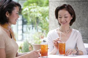 カフェでくつろぐ女性の写真素材 [FYI04037401]