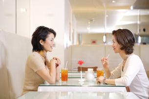 カフェでくつろぐ女性の写真素材 [FYI04037402]