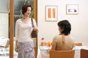 カフェでくつろぐ女性の写真素材 [FYI04037407]