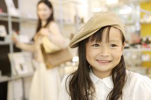 買い物中の親子の写真素材 [FYI04037467]