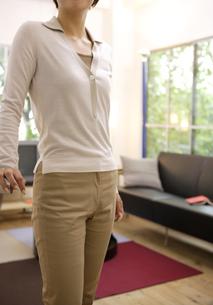 リビングルームにいる女性の写真素材 [FYI04037478]