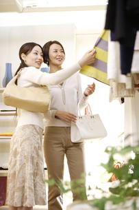 30代女性買い物イメージの写真素材 [FYI04037486]