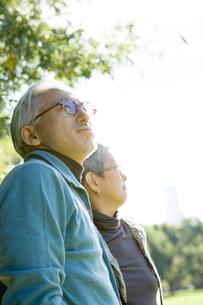 公園にいるシニア夫婦の写真素材 [FYI04037529]