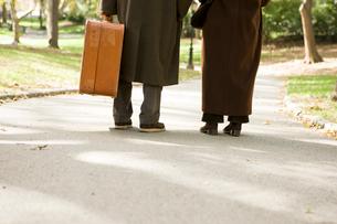 旅行中のシニア夫婦の足下の写真素材 [FYI04037536]