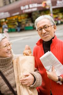買い物をしているシニア夫婦の写真素材 [FYI04037542]
