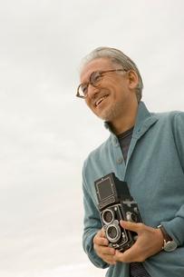 カメラを持っているシニア男性の写真素材 [FYI04037554]