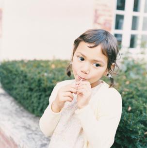 キャンディを食べている女の子の写真素材 [FYI04037587]