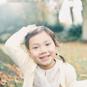 花を持っている女の子の写真素材 [FYI04037588]