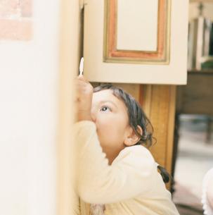 キャンディを持っている女の子の写真素材 [FYI04037590]