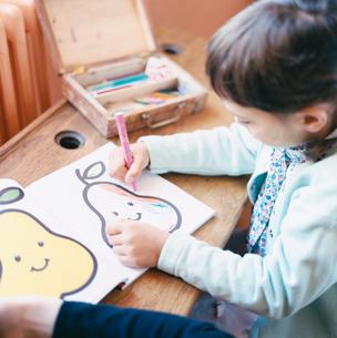 お絵かきをする女の子の写真素材 [FYI04037597]