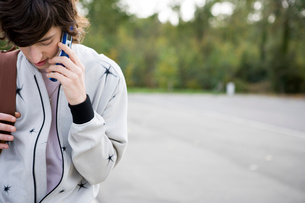 携帯電話で話す外国の男性の写真素材 [FYI04037625]