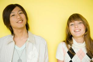 外国の女性と日本の男性の写真素材 [FYI04037634]