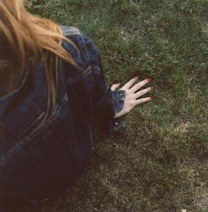 赤いマニキュアを塗った女性の手の写真素材 [FYI04037655]