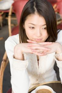 カフェにいる女性の写真素材 [FYI04037656]