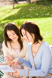 公園で地図を広げる女性の写真素材 [FYI04037660]