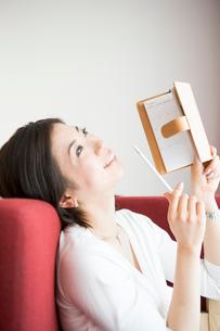 手帳を持っている30代女性の写真素材 [FYI04037687]