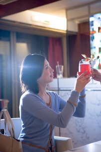 カクテルで乾杯する30代女性の写真素材 [FYI04037695]