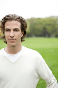 公園にいる30代の外国の男性の写真素材 [FYI04037717]
