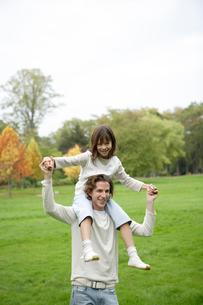 肩車をする父と娘の写真素材 [FYI04037719]