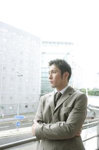 スーツを着ている30代男性の写真素材 [FYI04037726]