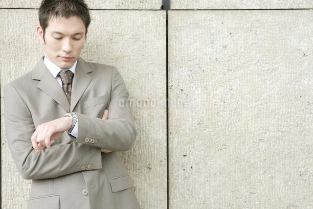 スーツを着ている30代男性の写真素材 [FYI04037739]