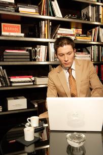 パソコンを打つスーツ姿の30代男性の写真素材 [FYI04037746]
