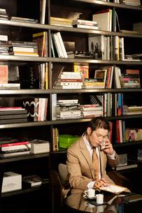 オフィスにいるスーツ姿の30代男性の写真素材 [FYI04037757]