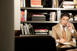 オフィスにいるスーツ姿の30代男性の写真素材 [FYI04037760]