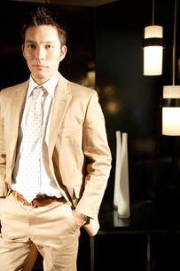 スーツを着ている30代男性の写真素材 [FYI04037761]