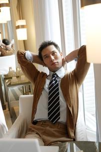 ソファに座っている30代男性の写真素材 [FYI04037782]