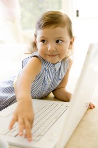 パソコンに向かう女の子の写真素材 [FYI04037799]