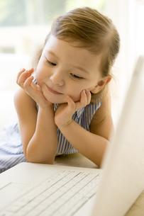 パソコンに向かう女の子の写真素材 [FYI04037810]
