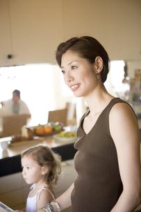 キッチンにいるお母さんと女の子の写真素材 [FYI04037815]