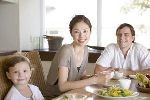 ダイニングで朝食を食べる家族の写真素材 [FYI04037816]