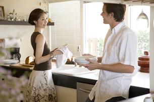 キッチンにいる男性と女性の写真素材 [FYI04037817]